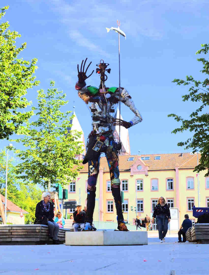 der Plastikmensch auf dem Marktplatz in Offenburg - im September 2019
